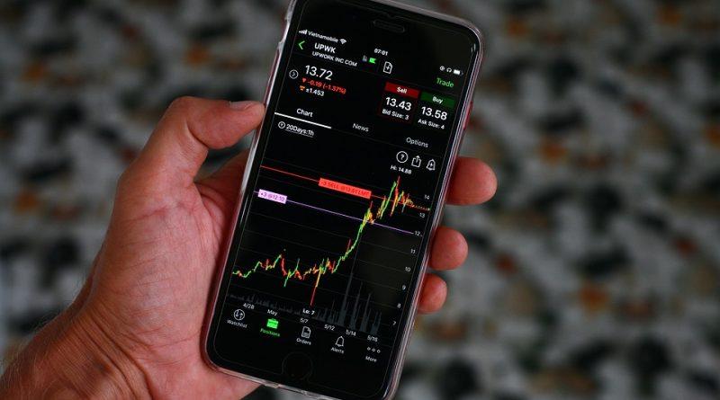 Do čeho letos investovat? Ve hře jsou kryptoměny i akcie
