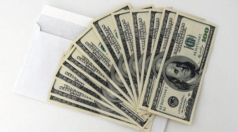 Peníze byly nejčastějším dárkem pod stromečkem. Lidé je však neušetřili